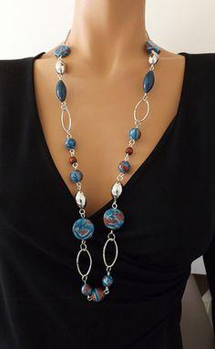 Perles et motif bleu canard et marron entièrement réalisés à la main en pâte polymère. Monté sur une chaîne en métal argent et perles synthétique argenté. Longueur: 86c - 16256315