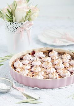 Ein Clafoutisist eine französische Süßspeise und eine Mischung aus Auflauf und Kuchen. Der Teig ähnelt einem Pfannkuchen. Diese Franzosen, die lassen sich aber auch immer die leckersten Rezepte ei…