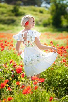 Индивидуальная фото прогулка на маковом поле в Крыму. Фотограф в Крыму. Фотосессия в маках.