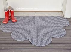 Kevät ja kura. Loputon määrä hiekkaa. Nyt jos koskaan tarvitaan kuramattoja! Suorakaiteen mallisen maton kulmat tahtoivat rulla...