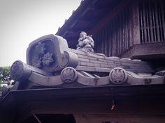 屋根上に、えびす様を発見。 商売繁盛の願いが込められています。