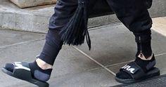 Η βασίλισσα της ποπ με σαγιονάρες και ...κάλτσες !!!