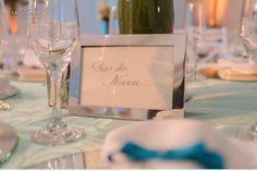Faz parte do cerimonial adequar as reservas das mesas destinadas a familia, padrinhos. Aqui escolhemos colocar um porta-retrato prata para reservar a mesa para os pais da noiva. #bbprojetos @bbprojetos