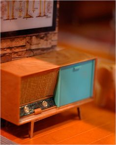 Miniature atomic stereo by Trang, scale. Modern Dollhouse Furniture, Barbie Furniture, Miniature Furniture, Vintage Dollhouse, Dollhouse Dolls, Dollhouse Miniatures, Victorian Dollhouse, Miniature Houses, Miniature Dolls