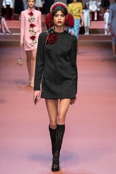 Dolce & Gabbana - Fall 2015 Ready-to-Wear - Look 22 of 91?url=http://www.style.com/slideshows/fashion-shows/fall-2015-ready-to-wear/dolce-gabbana/collection/22