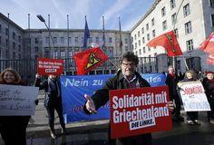Solidarität: Für Athen wird es enger: Kurz vor dem Berlin-Besuch des griechischen Finanzministers Gianis Varoufakis erhöhte die Europäische Zentralbank massiv den Druck auf die neue Führung. In Berlin gingen die Menschen auf die Straßen, um sich mit Griechenland zu solidarisieren. Mehr Bilder des Tages auf: http://www.nachrichten.at/nachrichten/bilder_des_tages (Bild: APA)
