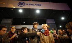 Esperanza Aguirre en una improvisada comparecencia en la sede del PP de Madrid.