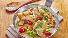 Zartes Putenfleisch ummantelt ein Pesto aus Basilikum, Parmesan und Pinienkernen und lässt sich in einer Rahmsauce mit Kirschtomaten und Frühlingszwiebeln nieder. Das sind die Zuaten für Pesto-Röllchen in Rahmsauce.