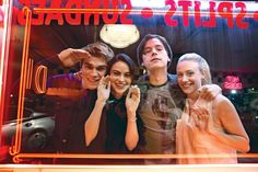 Le casting de Riverdale : K. J. Apa as Archie, Camila Mendes as Veronica, Cole Sprouse as Jughead, and Lili Reinhart as Betty.