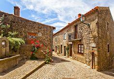 É uma das mais emblemáticas Aldeias Históricas de Portugal. A aldeia de Monsanto é um hino à harmonia entre o Homem e a Natureza e encanta quem a visita.