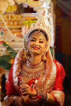 South Indian Bride Saree, Bengali Bride, Bengali Bridal Makeup, Indian Bridal Fashion, Bridal Poses, Bridal Portraits, Wedding Makeover, Bridal Chuda, Elegant Ball Gowns