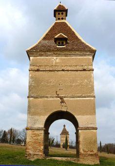 St Soulan: les deux pigeonniers du Château Combis