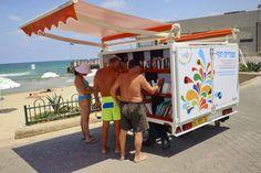 Bibliothèque mobile à Tel-Aviv, israël, pour le plaisir des vacanciers...  [mobile library in Tel Aviv, Israel, for the pleasure of vacationers]  [previous pinner's caption]