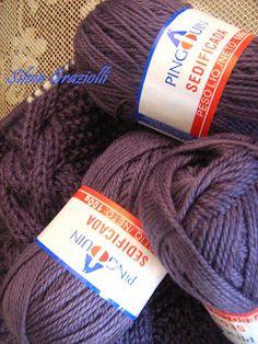 Olá meninas!! Esta estola fez tanto sucesso que resolvi antecipar o PAP para vocês... Usei 5 novelos da lã Sedificada da Pingouin (fio ... Couture, Knitted Hats, Knit Crochet, Diy And Crafts, Winter Hats, Creations, Quilts, Embroidery, Knitting