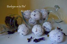 Bombas de baño efervescentes con aceite esencial de lavanda y flores de malva.