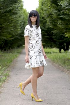 Low cost dress with roses and a pair of lemon yellow heels! http://www.pursesandi.net/vestito-low-cost-con-rose-tacchi-gialli