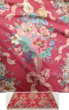 Paire de rideaux A décor de noeuds et de fleurs 267 x 139 cm On y