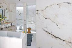 Un baño que parece de mármol, a menor costo: pisos y paredes se revistieron con porcelanato Portobello 'Paonazzetto' símil mármol. Foto: Santiago Ciuffo