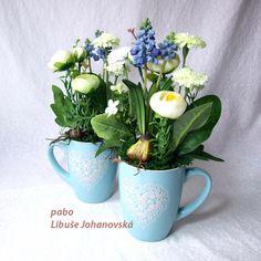 Šálek jara - mátový (226) Trvanlivá dekorace z umělých květin v keramickém hrnečku. Použitý materiál: umělé květiny (modřence, sedmikrásky, pryskyřníky), doplněno přírodním mechem. Celková výška dekorace: 27 cm. Cena je za jednu dekoraci. Mugs, Tableware, Dinnerware, Tumbler, Dishes, Mug, Place Settings