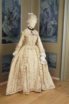KLEID (DAMEN) DEP-2298.a-e Kleid (Damen). Bestehend aus Manteau und Jupe. Seidentaft mit Musterung in 'chiné à la branche'. Webbreite 58 cm. Um 1780. Masse Manteau: Länge 168 cm. (DEP-2298.a-e) Textilkatalog, Nummer 43