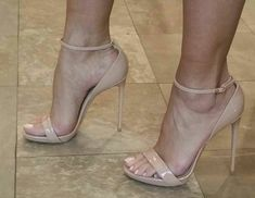 Nude Ankle Strap Heels. Tacchi Close-Up #Shoes #Tacones #Heels