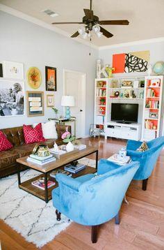 wohnzimmer streichen ideen helle wände wohnwand blaue sessel vintage teppich