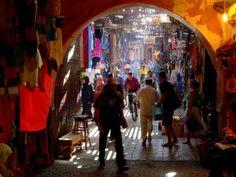 El zoco o mercado de la ciudad de Marrakech está agrupados por gremios, según las mercancía: forja, cestería, pieles, ropa, marroquinería y comestibles, entre otros productos. Se accede desde la plaza Djemaa el Fna por la calle Samarine. En el zoco Smata los artesanos del cuero se concentran al sur de la mezquita Ben Youssef. Aquí venden toda clase de babuchas y cinturones de piel.