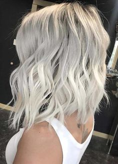 Atemberaubende eisblonde Haarfarbtrends für Frauen 2018 Browsing for best hair colors to show off right now? In this post we have an amazing list of ice blonde hair color trends for various hair lengths that you may use to wear in ever season of the year. Ice Blonde Hair, Black Roots Blonde Hair, Super Blonde Hair, White Blonde Bob, Messy Blonde Bob, Short Platinum Blonde Hair, Blond Bob, Long Bob Blonde, Platinum Hair Color