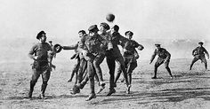 English and German soldiers play football in No Man's Land, First World war. I had no idea there was a photo. Soldados Ingleses y Alemanes juegan fútbol en tierra de nadie. World War One, First World, Christmas Truce, Christmas Eve, Christmas History, Christmas Parties, Christmas Photos, Vintage Christmas, Soccer