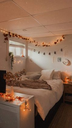 Fall Bedroom Decor, Room Design Bedroom, Bedroom Themes, Fall Home Decor, Bedrooms, Halloween Room Decor, Autumn Room, Cute Bedroom Ideas, Cozy Room