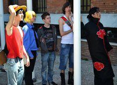 Cosplay variado en la entrada del recinto