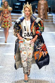 Dolce & Gabbana Fall 2017 Ready-to-Wear Collection Photos — Vogue… Couture 2000s Fashion Trends, Fashion 2017, Diy Fashion, Runway Fashion, Ideias Fashion, Winter Fashion, Fashion Show, Fashion Outfits, Fashion Design