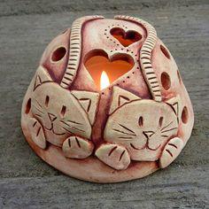 Zamilované+kočky+-+svícen+Ručně+modelované+stínidlo+na+svíčku+ze+světlé+keramické+hlíny,+patinované+oxidem+železa.+Rozměry:+cca+6,5+x+11+cm+Kalíšek+na+čajovou+svíčku+v+ceně.+Další+stínidla+najdete zde.