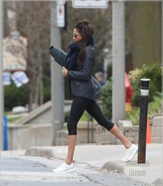 Meghan Markle going to yoga Meghan Markle Yoga, The Tig Meghan Markle, Meghan Markle Suits, Meghan Markle Style, Yoga Inspiration, Suits Meghan, Meghan Markle Instagram, Yoga Mode, Suits Tv Shows