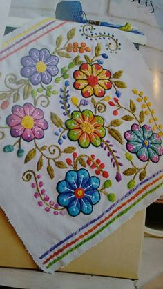 Hermoso! !! Floral Embroidery Patterns, Mexican Embroidery, Hand Embroidery Flowers, Wool Embroidery, Types Of Embroidery, Hand Embroidery Designs, Ribbon Embroidery, Embroidery Stitches, Machine Embroidery