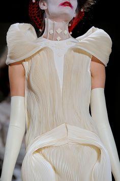 Thom Browne at New York Fashion Week Spring 2014 - Details Runway Photos Fashion 2020, Runway Fashion, High Fashion, Couture Details, Fashion Details, Fashion Design, Types Of Pleats, Fantasy Dress, Coral
