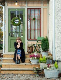 Clara Lidström blev känd genom sin blogg. I dag har hon gett ut flera böcker och driver en podd. Scandinavian Cottage, Swedish Cottage, Swedish Decor, Scandinavian Style, Cottage Style, Paint Colors For Home, House Colors, Sweden House, Porch Entry
