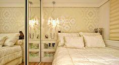 Normalmente não vemos a cama encostada na parede do quarto, mas em alguns casos, para economizar espaço e liberar áreas para deixar a circulação mais confortável, esse recurso pode ser bastante útil.