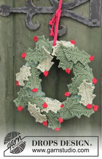 """Open for Christmas! - DROPS Christmas: Crochet DROPS holly wreath with berries in """"Muskat"""". - Free pattern by DROPS Design Crochet Christmas Wreath, Crochet Wreath, Crochet Ornaments, Holiday Crochet, Christmas Knitting, Crochet Home, Crochet Crafts, Crochet Flowers, Christmas Wreaths"""
