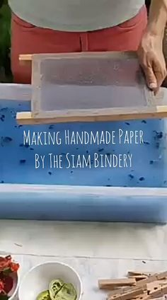 How to Handmake Recycled Paper with Flower Petals - Newspaper Crafts Diy Arts And Crafts, Fun Crafts, Paper Crafts, Etsy Crafts, Hands Tutorial, Handmade Books, Handmade Art, Handmade Journals, Handmade Invitations