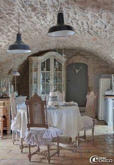 Vaisselier 'Amadeus', suspensions industrielles chinées chez 'Roberto la brocante' à Uzès, table et chaises de style Henri II chinées sur 'e...
