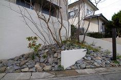 表札 Landscape Architecture, Landscape Design, Japanese Plants, Pocket Garden, Japan Landscape, Naha, Home Lighting, Exterior Design, Facade