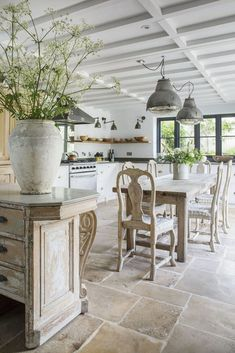 Campagne chic : 27 façons de décorer sa maison en pierre Shabby Chic Interiors, Shabby Chic Bedrooms, Shabby Chic Homes, Shabby Chic Furniture, Bedroom Vintage, Rustic Furniture, Dark Furniture, Farmhouse Furniture, Outdoor Furniture
