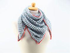 Hæklet tørklæde/sjal i Granny stripes Hæklet tørklæde/sjal i et nemt og enkelt Granny Stripes mønster. Tørklædet er hæklet i Mayflowers Spring garn, som er 69% bomuld og 31% hør. Spring garnet er utrolig lækkert, og helt perfekt til dette tørklæde. Garnet findes i 6 forskellige farver, og alle med en smuk farveskiftende tråd som giver et virkelig flot spil i garnet. Se alle farver HER Kanterne er hæklet med Mayflowers Merceriseret bomuldsgarn som har et let skinnende look. Se dem...