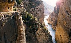 Congost de Mont-rebei (Cataluña) Águilas, buitres y quebrantahuesos acompañan en este recorrido por una senda tallada en la roca vertical, el Congost de Mont-rebei, en el macizo calcáreo de Montsec, con una espectacular garganta de 500 metros de profundidad.