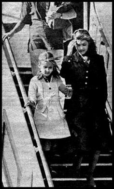 1977 8 18 le dernier jour de l'histoire, Priscilla et Lisa aux funérailles du King Elvis Aaron Presley.....