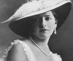 16-11-11  An aging but still elegant Mata Hari, photographed in the Hague in 1915. These photographs, among the last taken of her, show the beauty that could still capture young men. The photographer is unknown.
