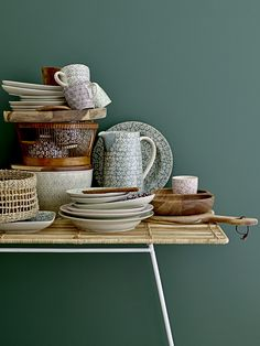 Dishes and green wall colours #dishes #green #decor