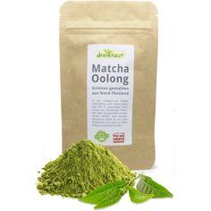 Matcha Oolong - Dieser exklusive, vielseitige Matcha-Tee stammt aus den unwegsamen Bergen Nord-Thailands, wo er in kontrolliertem Anbau ohne Einsatz von Gentechnik, chemischen Pestiziden oder Düngemitteln in Handarbeit erzeugt wird. Grundlage sind jene Teepflanzen, die auch zu unserem edlen dreikraut-Oolong verarbeitet werden. Das erklärt auch den reichen, nussigen Geschmack dieses Matcha-Tees. #matcha #matchatee #matchaoolong Oolong Tee, Matcha Tee, Bergen, Thailand, Kraut, Tees, Handarbeit, T Shirts, Teas