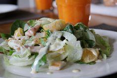 Forel sla spinazie mosterd-sinaasappel dressing Fresh Rolls, Feta, Potato Salad, Sushi, Potatoes, Cheese, Dressing, Ethnic Recipes, Salad